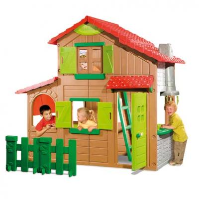 Casa de jardín para niños con varios colores, una puerta y dos ventanas. Tres niños están jugando en la casa.