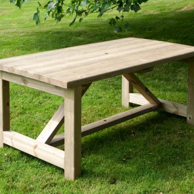 Mesa de madera sobre la hierba de un jardín