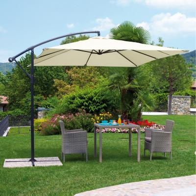 Parasol excéntrico blanco en un jardín sobre una mesa y dos sillas de ratan gris en un día soleado