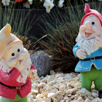 Dos enanos de jardín baratos con diseño y colores sencillos, ideales como actores secundarios