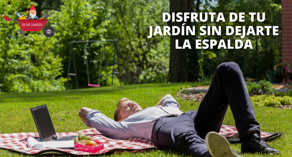 Disfruta de tu jardín sin dejarte la espalda. Aparece un hombre tumbado sobre la hierba descansando.